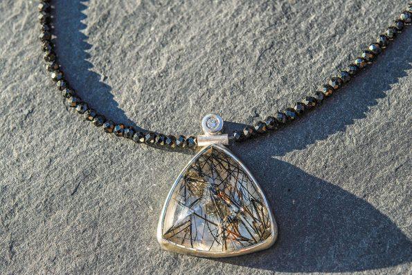 Schwarzer Spinell mit Turmalinquarz und einem Brillanten, 925er Silber
