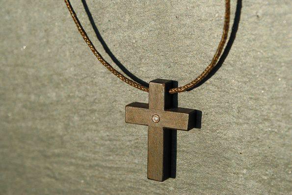 Ebenholzkreuz mit einem Brillanten, 585er Gold